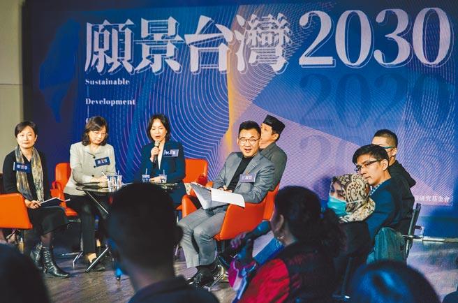 國民黨智庫國家政策研究基金會9日舉辦願景2030論壇的首場,邀請13位移工、新住民等座談,國民黨主席江啟臣(中)出席傾聽。(郭吉銓攝)