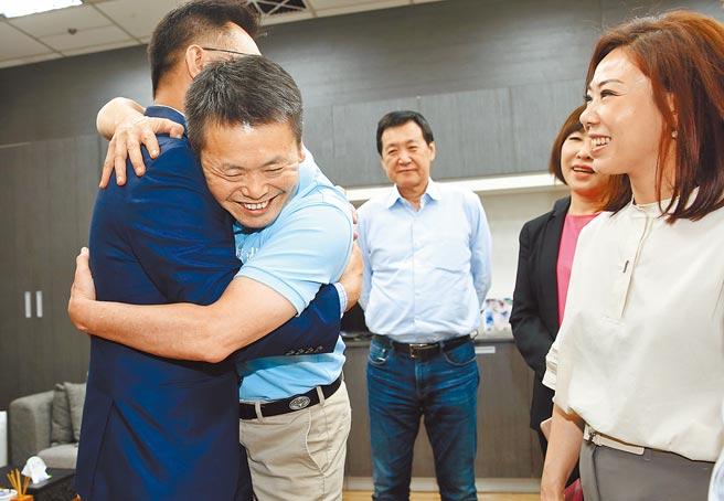 國民黨立委林為洲(左二)將禮讓出黨團總召,由費鴻泰(中)接任。(本報資料照片)
