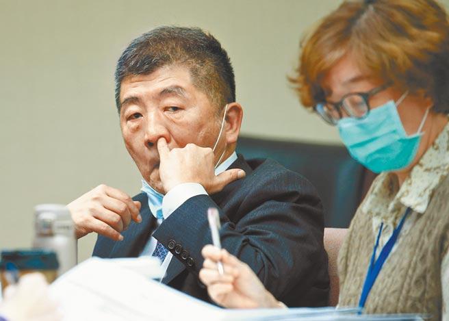 衛福部長陳時中(左)9日到立法院備詢,對於浙江台商確診,遭疑為本土感染受訪表示,這名個案沒有疑似本土感染的條件。(陳信翰攝)