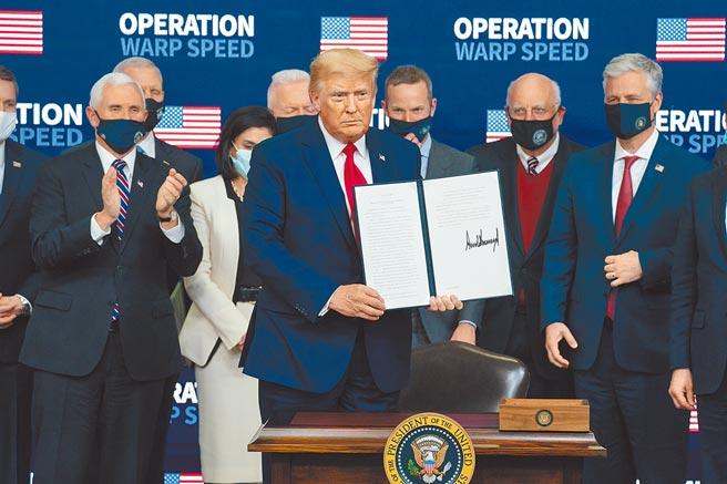 美國總統川普(中)在8日召開疫苗峰會,發表總統對於疫苗分配的行政命令。(美聯社)