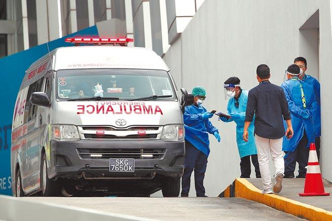 海洋量子號遊輪乘客被檢測出冠狀病毒,登上救護車。(路透)