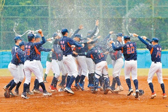 平镇高中连2年称霸铝棒联赛,球员们衝出休息室开心洒水庆祝。(学生棒联提供)