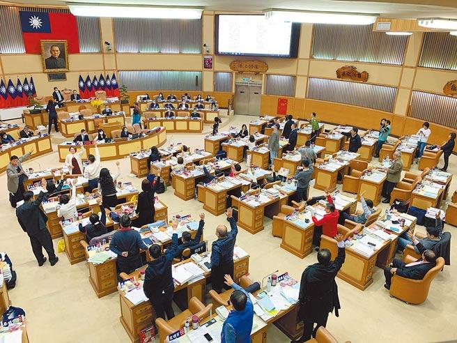 新北市议会国民党团凭藉人数优势,通过新北食安自治条例修正,要求猪肉莱剂零验出。(叶德正摄)