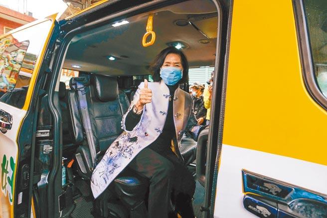 宜蘭縣幸福巴士「黃1」線10日通車,昨縣長林姿妙試乘,盼能提供鄉親更便捷的服務。(李忠一攝)