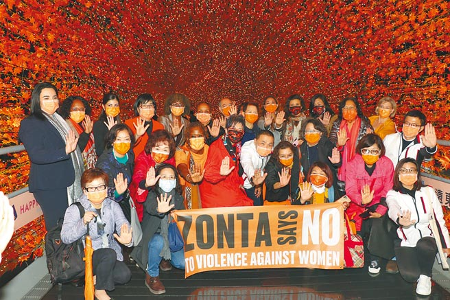 新北市長侯友宜9日晚間合體各國女性大使,在新北歡樂耶誕城的橘色香榭光廊快閃。(許哲瑗攝)