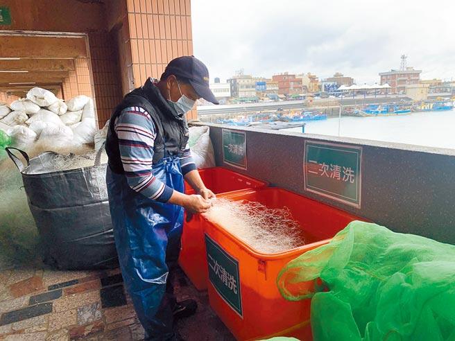 為了避免廢漁網威脅海洋野生動物的生存,桃園市海管處力推回收漁網計畫,以每公斤15元向漁民收購,同時提供漁民家屬就業的機會。(姜霏攝)