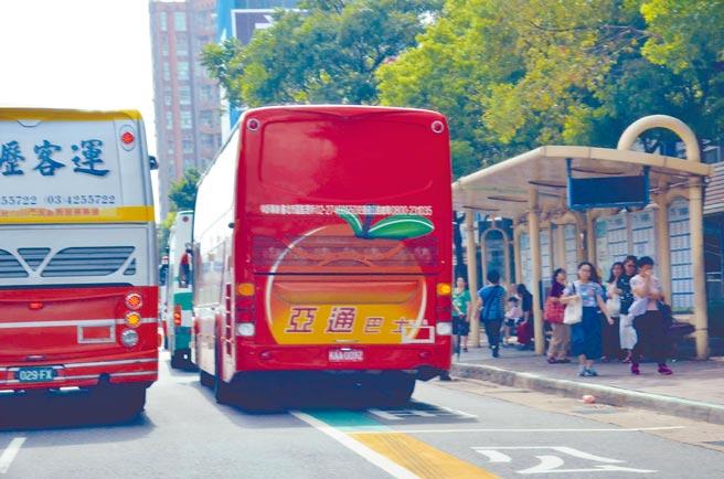 龜山大坪頂地區交通壅擠,桃園市交通局10月試辦「大坪頂環狀紅、綠線」公車,但試營運期間,每班次僅1、2人搭乘,最多3人,效果不佳。(賴佑維攝)