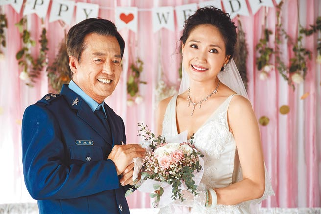 方季惟在《戒指流浪記》為嫁檢場首度披上婚紗。(HBO Asia提供)
