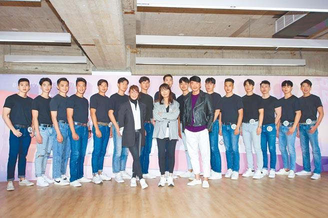 伊林娛樂副董事長陳婉若(中)率領的評審團,與本屆璀璨之星入圍決賽的男模組參賽者合影。(伊林娛樂提供)