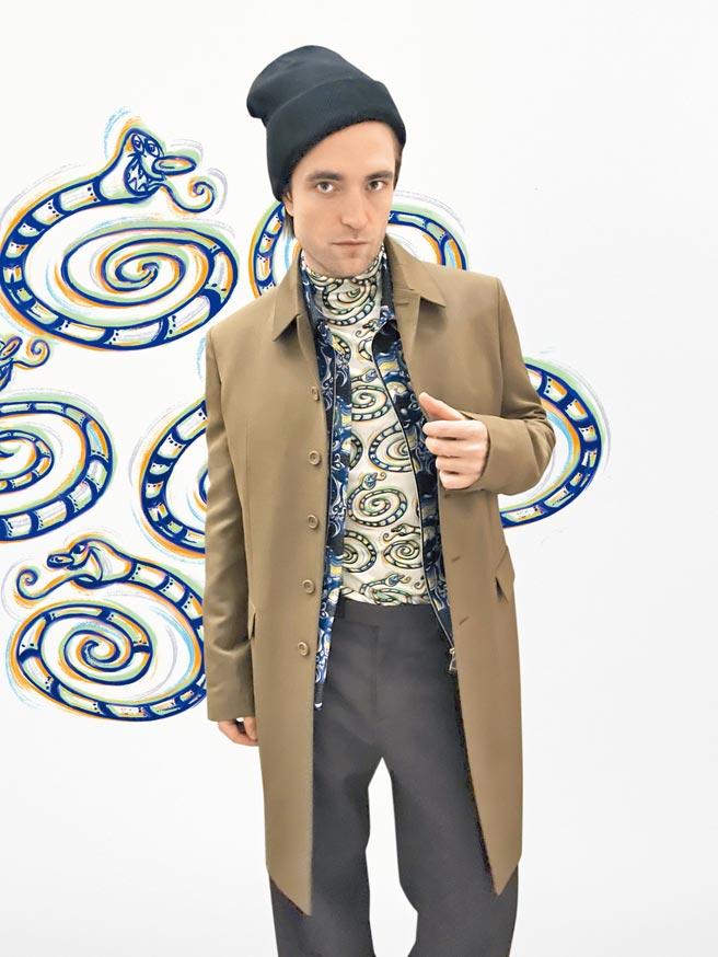 羅伯派丁森帥氣穿上Dior 2021秋冬系列服裝,觀看線上直播秀。(Dior提供)