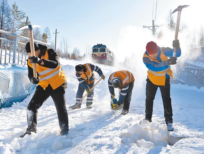 黑龍江鐵路工人在雪天進行隧道除冰作業。(新華社資料照片)