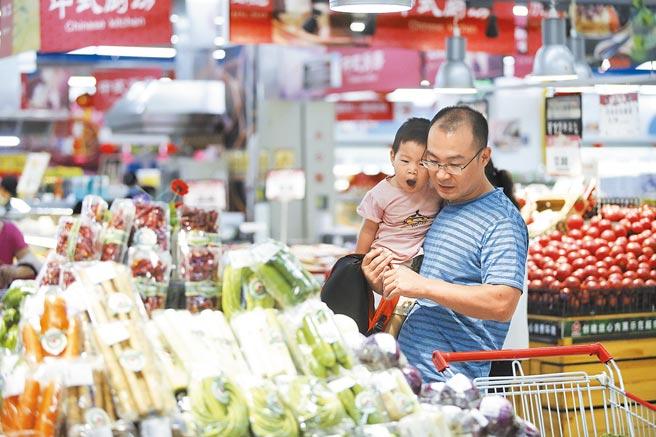 山西省太原,市民在超市選購蔬菜。(中新社資料照片)