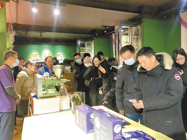參訪團一行參觀瞭解葡緹泉公司的葡萄籽相關產品。
