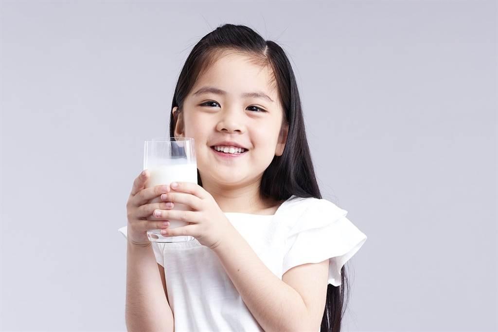 跟著國健署一起早晚一杯鮮奶,補足學童營養。(圖/好食課提供)