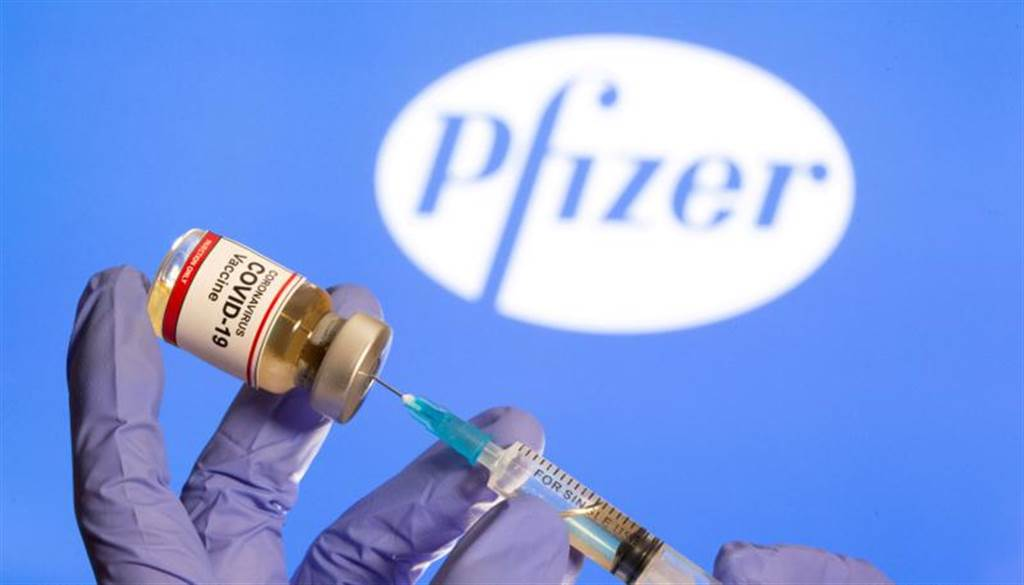 雖然在受測中出現醫護人員過敏現象,美國食品藥品監督管理局諮詢委員會仍通過投票,建議FDA授權輝瑞疫苗緊急使用。(路透社)