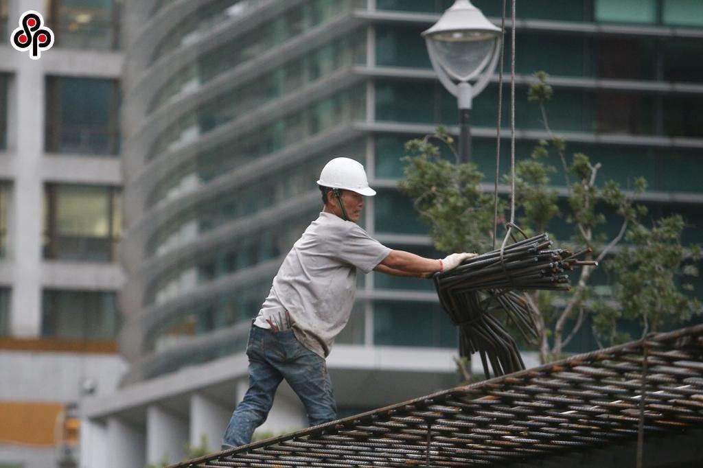 據往年經驗,地震可能引發土石邊坡崩塌及滑落,營造工地則易造成支撐架、施工架、開挖面及物體飛落,危害勞工及社會大眾安全。(報系資料照)