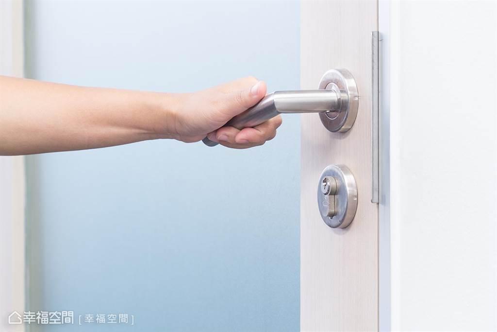 ▲轉一轉門把,查看是否有轉動不順、門把鬆脫的情形;或插入門鎖,轉動檢查開關過程是否順暢、不鬆動。
