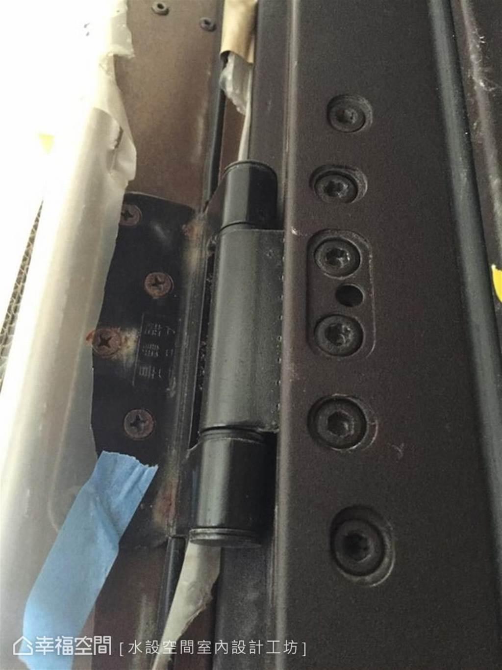 ▲門與牆面的連接處發生鏽蝕情形。(圖片來源/水設空間室內設計工坊)