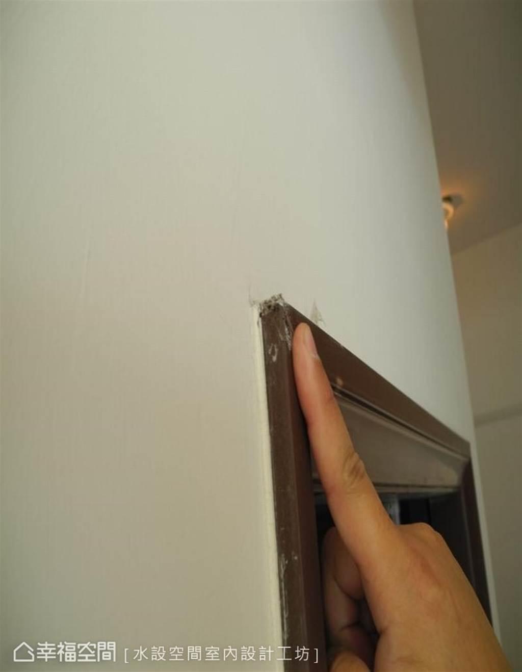 ▲以手指輕壓門片的四個角落,確認是否因水氣滲入而產生質材軟化,需要更換整體門片。(圖片來源/水設空間室內設計工坊)