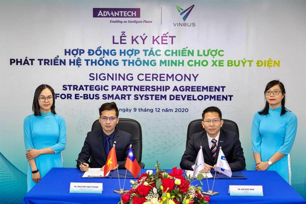研華越南子公司總經理Do Duc Hau(右二)與VinBus副總經理Nguyen Van Thanh(左二),9日代表雙方簽定策略性夥伴合約,將共同發展智慧電動巴士管理系統。(研華提供)
