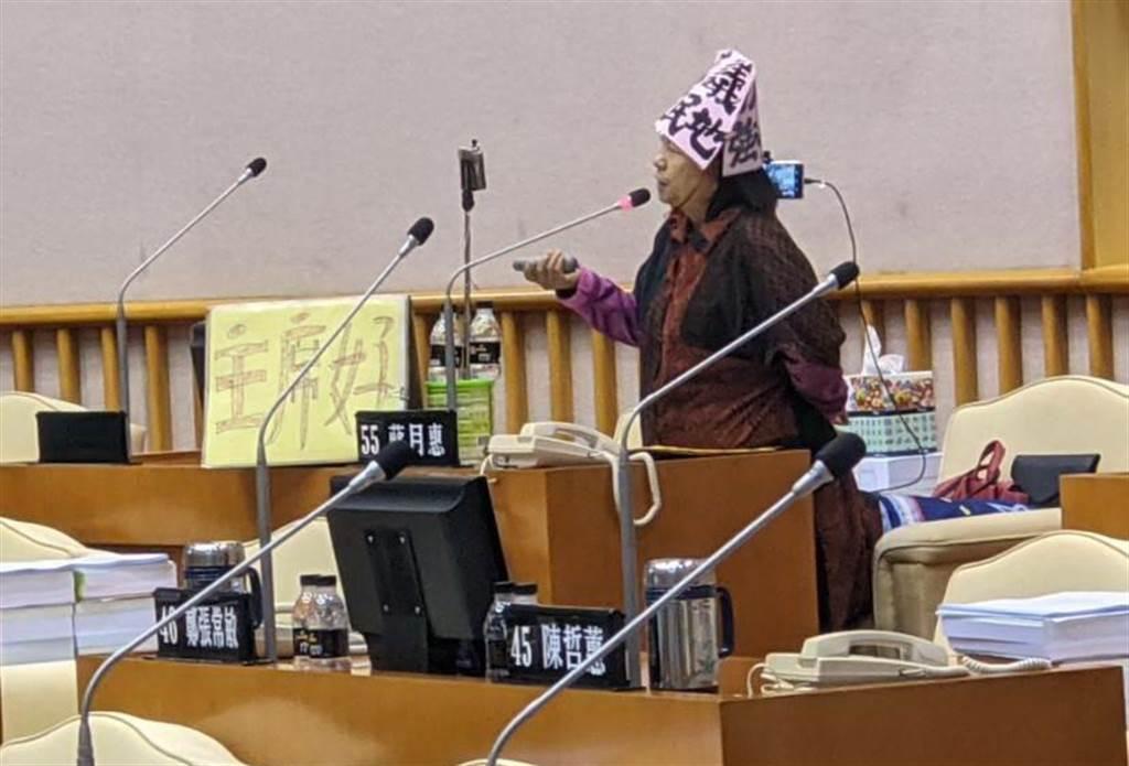 屏東縣議員蔣月惠施政總質詢時,唱自己創作歌曲並一度唱到哽咽,接著高喊「我屏東,我可憐」。(潘建志攝)