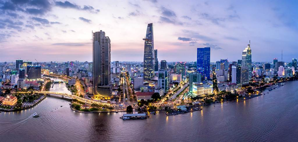 無人機空拍胡志明市的鳥瞰視角。日本經濟研究中心預測,越南GDP總量將於2035年超越台灣。(達志影像shutterstock)
