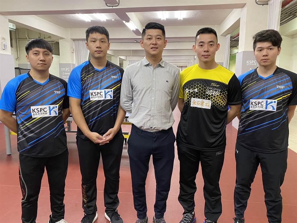 柯建利(中)请选手林柏良(左一)、李锡霖(左二)、国手吕柏贤(右)、陈建安(右二)来教球。(廖素慧摄)