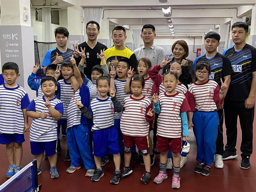 嘉北国小桌球队小选手高兴有国手教球,还有新颖舒适桌球教室。(廖素慧摄)