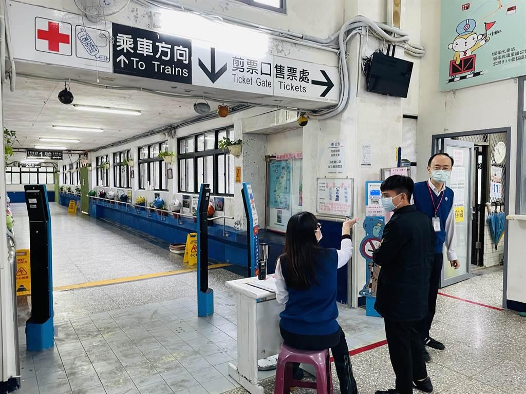 台鐵瑞芳至猴硐段目前不通,須以接駁巴士接送。(吳康瑋攝)