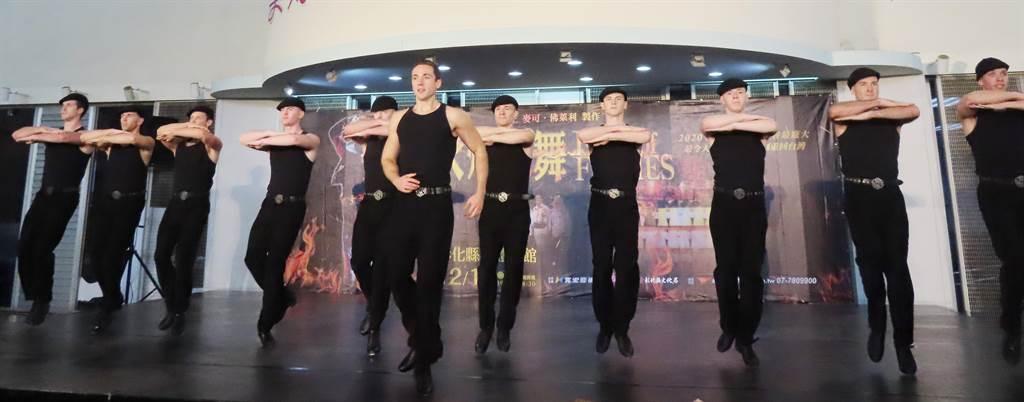 史上最大陣容《火焰之舞》12月15日到彰化演出!磅礡踢踏聲聲直擊人心,11日在縣府廣場暖身先演幾分鐘,掀起震撼。(吳敏菁攝)