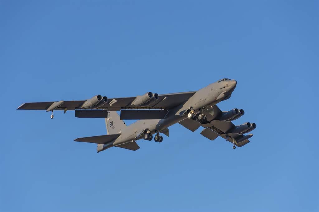 美國今天派遣兩架B-52長程轟炸機前往波斯灣地區,向伊朗展示武力。(B-52轟炸機示意圖/shutterstock)