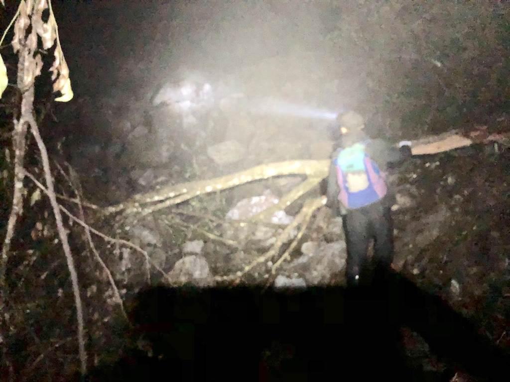 登山男墜山崖,救難人員深夜挺進,卻碰上強震路坍。(花蓮消防局提供/王志偉花蓮傳真)