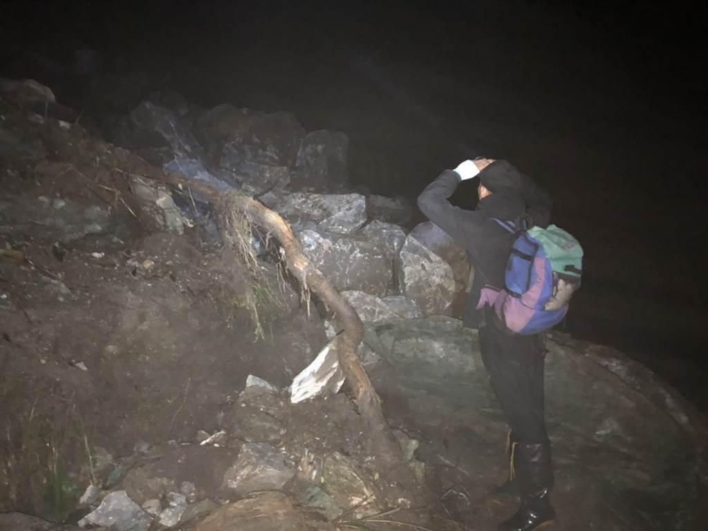 搜救隊伍半夜抵達沿海林道3公里處,碰上強震,導致山林落石有崩塌之虞。今天亮,找路徑腰繞。(花蓮消防局提供/王志偉花蓮傳真)