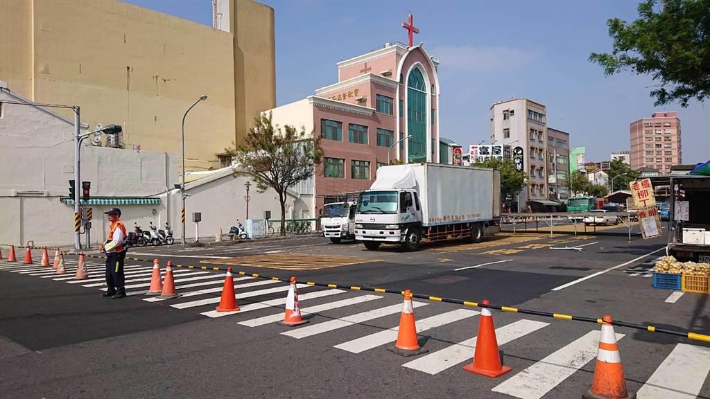 台南市連續數周假日封路,這周海安路與民族路因有建醮活動,11日起已陸續封路。(程炳璋攝)