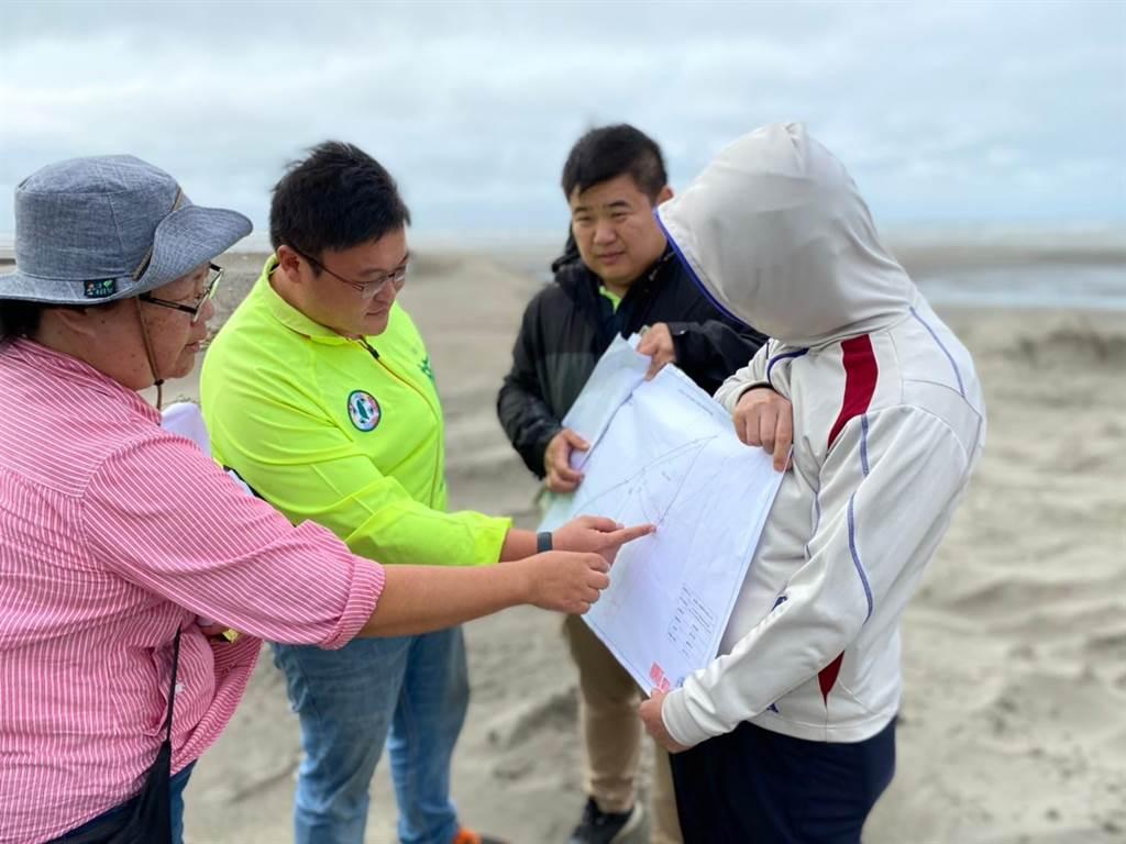 大安五甲渔港周遭因东北季风侵袭致风沙大,市议员施志昌要求种植防风林。(陈淑娥摄)
