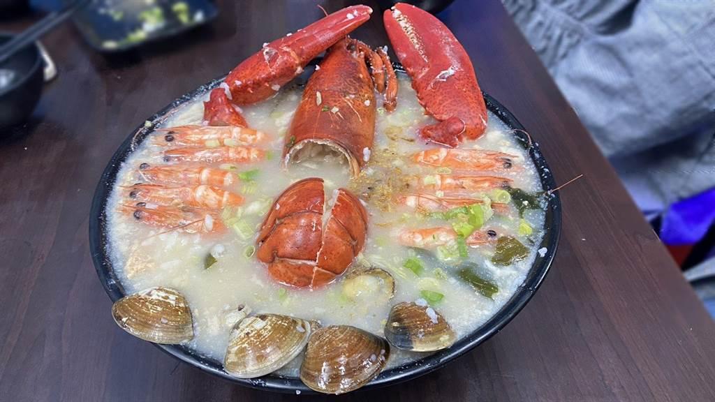 季節限定波士頓龍蝦粥,舖上滿滿海鮮,用料大氣,深深擄獲饕客味蕾。(王文吉攝)