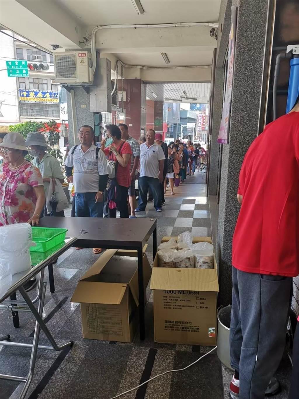 「粥狂」之前舉辦公益日活動,吸引民眾大排長龍領取海鮮粥。(粥狂提供/王文吉台中傳真)