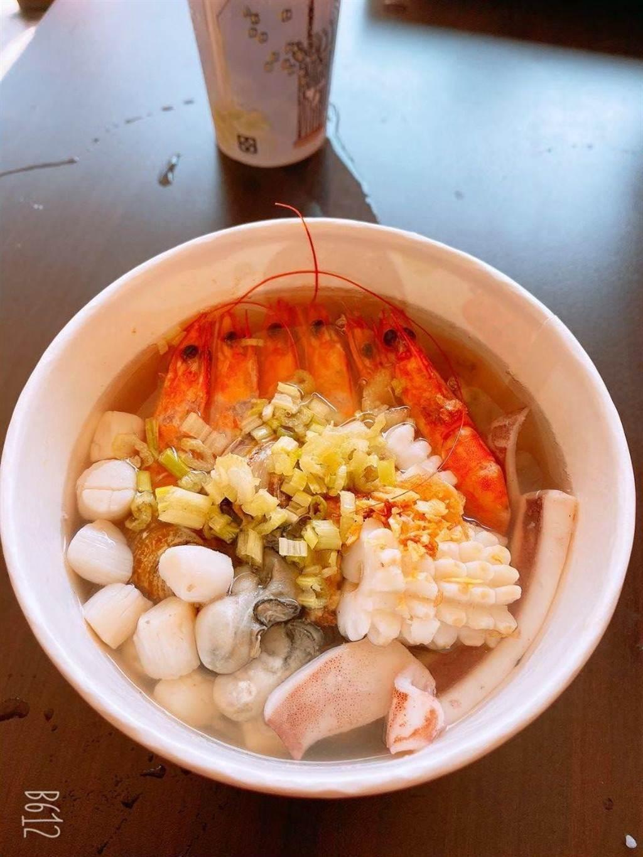 「粥狂」公益日免費發送百元海鮮粥,領取不限任何條件,1人限1碗。(粥狂提供/王文吉台中傳真)