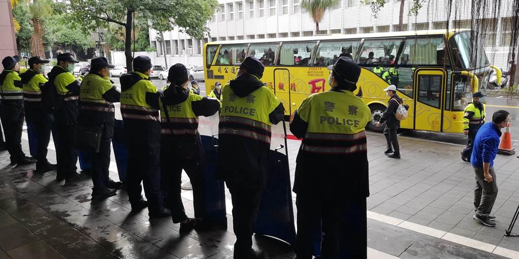 屏東鄉親號召千人北上力挺蘇震清,警方圍出人牆警戒,但群眾並未下遊覽車。(黃捷攝)
