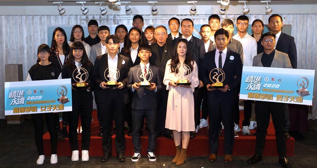 第二屆射箭企業聯賽年度頒獎,高浩文與彭家楙分別勇奪男女個人賽冠軍。(中華企業射箭聯賽提供)