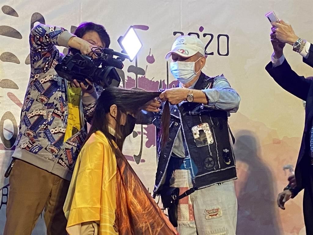 國寶級造型師官海水老師以精湛的「一刀剪」傳承秀提升本次賽事精彩度更代表美容美髮的精神傳承(黃珈綺攝)