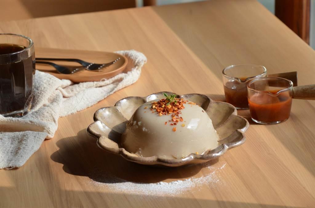 總爺藝文中心廠長宿舍咖啡館推出創新的巴蜀椒麻口味碗粿。(薩圖爾精品咖啡提供/劉秀芬台南傳真)