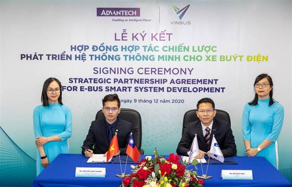 (VinBus副總經理Nguyen Van Thanh(左二)與研華越南子公司總經理Do Duc Hau(右二)代表簽定策略性夥伴合約,雙方將共同發展智慧電動巴士管理系統。圖/研華提供)