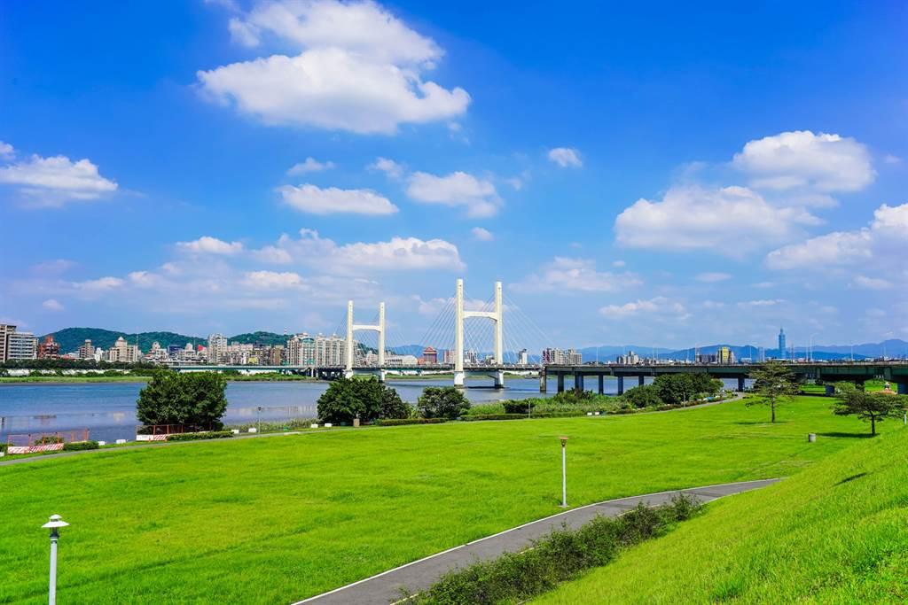 仁義重劃區與台北市僅重陽橋車程5分鐘,主打房價省一半。(業者提供)