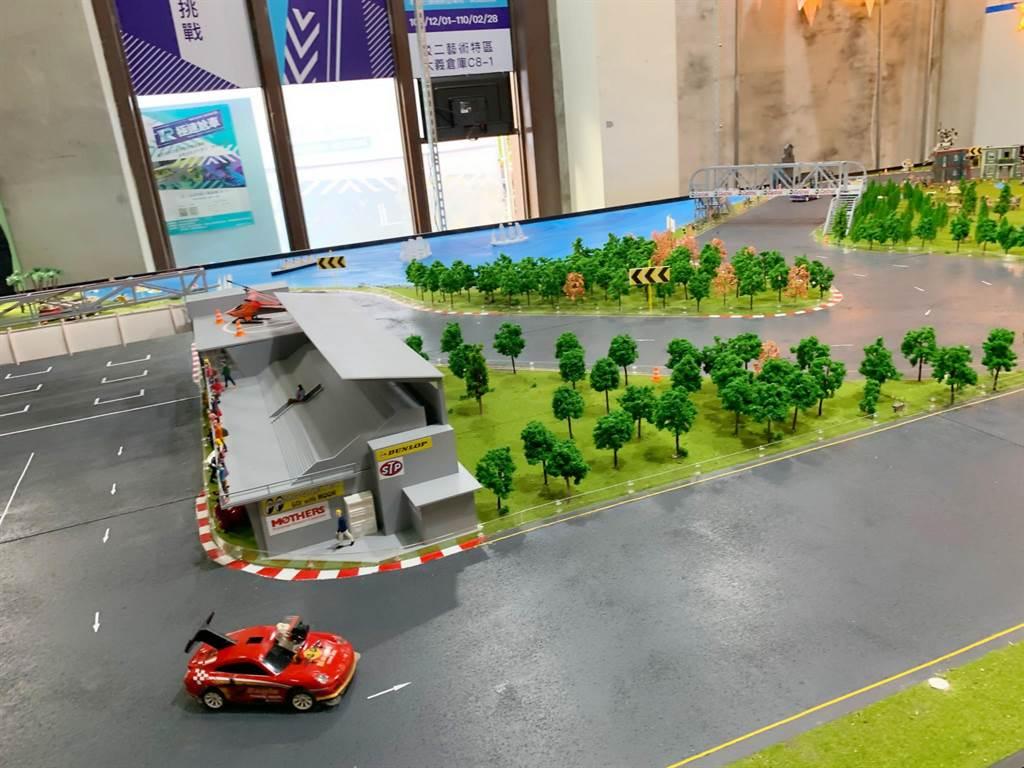 VR賽車的同時,也有縮小版的實體賽車在跑道馳騁。(柯宗緯攝)