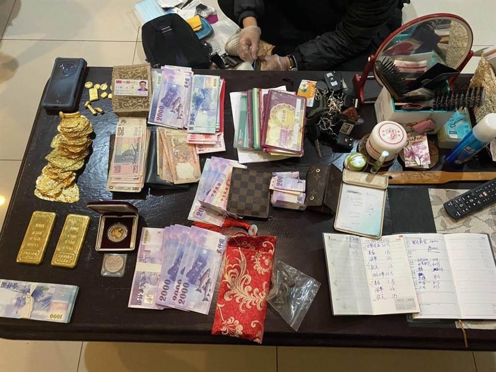 警方追回被竊金牌、台幣及外幣等價值約460萬元的贓物。(翻攝照片/林郁平台北傳真)