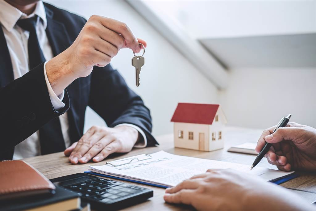 男子當雙北6間房的房東,但他抱怨房客一直要求報稅,讓網友怒回「賺那麼多還不想繳稅」。(示意圖/達志影像/Shutterstock提供)