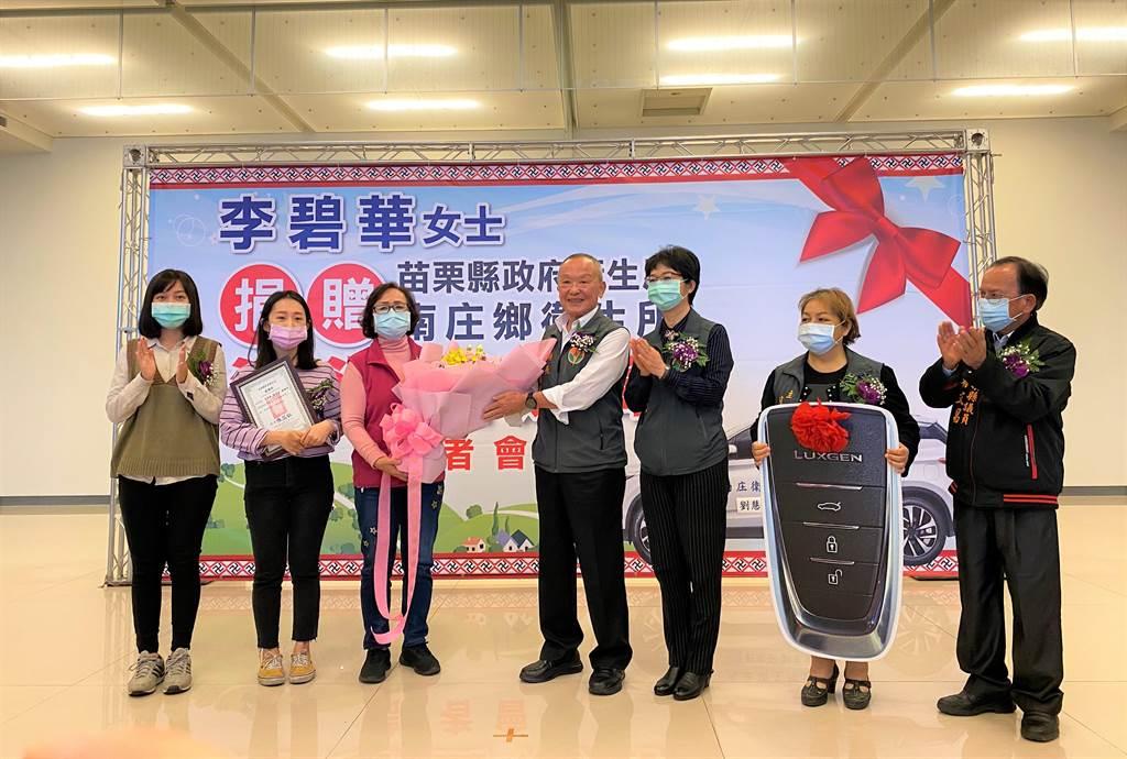 李碧華把對已故女兒的思念化為大愛,11日捐贈南庄鄉衛生所1輛巡迴醫療車。(巫靜婷攝)