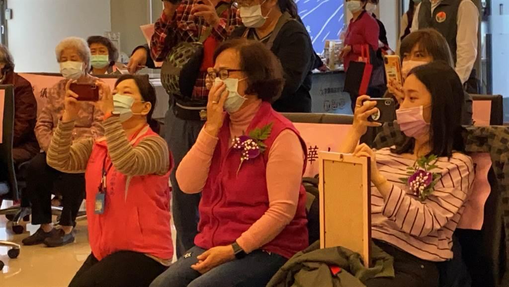 李碧華11日捐贈南庄鄉衛生所1輛巡迴醫療車,想起已故的2名女兒仍不禁難過拭淚。(巫靜婷攝)