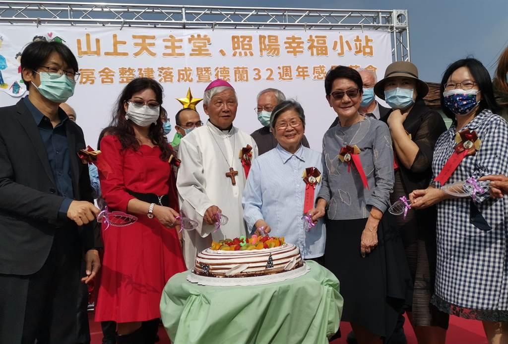 天主教德蘭啟智中心11日舉行32周年感恩茶會,邀請德蘭之友一起切蛋糕慶祝。(劉秀芬攝)